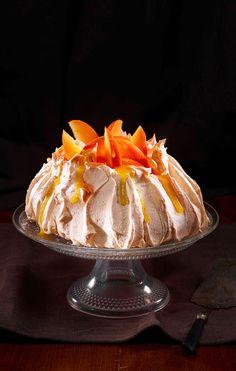 """Kaki-Pavlova. Schmeckt frisch am besten: Das neuseeländische """"Nationaldessert"""" in einer Variante mit Persimon-Kakis. #Rezept #Dessert #Pavlova #Kaki"""