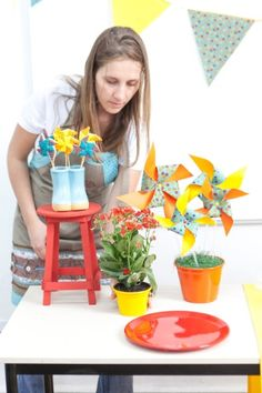 Se a mesa for muito grande, acomode os objetos, na mesma ordem, na outra extremidade. Para não usar duas lousas, substitua o elemento decorativo por um vaso de flores, como a Kalanchoe