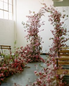 Spring wedding flowers. Wedding arch. Blooming arch. 3 Leaf Floral. Destination wedding. #soilandstemclasses