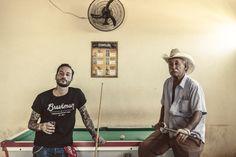 Monsieur Israel et moi,pour la marqueBraveman Handmade Single Pocket Wallet x Brasilphotographié parDiego Bresani. Brasília, 2014