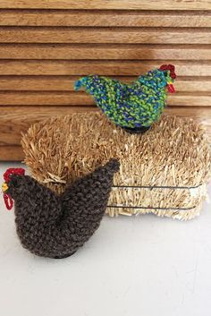 cute knitted chicks and free pattern: http://prinetimeprinepen.blogspot.com/2011/05/here-chick-there-chick.html