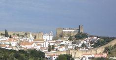 Los 7 pueblos con encanto cerca de Lisboa   Via El Viajero Fisgon   11/02/2016  Muy cerquita de nosotros podemos encontrar una ciudad llena de vida y de sorpresas, Lisboa...Desde aquí os animamos a que la visitéis, y que no solo os quedéis en la capital, sino que exploréis sus alrededores. A menos de una hora en coche y en algunos casos en tren, os encontraréis con una serie de enclaves que servirán para redondear,y de qué forma, tu viaje a la capital portuguesa.  #Portugal
