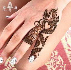 Mehndi is something that every girl want. Arabic mehndi design is another beautiful mehndi design. We will show Arabic Mehndi Designs. Simple Arabic Mehndi Designs, Finger Henna Designs, Modern Mehndi Designs, Mehndi Design Photos, Mehndi Designs For Fingers, Beautiful Henna Designs, Latest Mehndi Designs, Simple Designs, Henna Tattoo Designs Simple