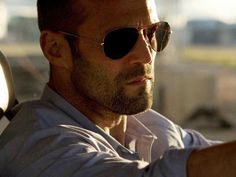 Jason Statham as Lee Christmas wore the classic aviator sunglasses from Ray-Ban in action movie Expendables Check out the exact frame and lens he wore Guy Ritchie, Jason Statham Body, Death Race Jason Statham, Lorde, Jason Stathom, Kate Jones, Idole, The Expendables, Rosie Huntington Whiteley