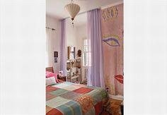 A cortina de voile e as cores usadas no quarto criaram um recanto para a reflexão. Projeto de Lelena César