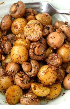 Pan Roasted Garlic Mushroom And Baby Potatoes. A buttery dish of pan-roasted Garlic Mushroom and Baby Potatoes with herbs. So simple and very easy to make with elegant results that make for a delicious side or appetizer. Low Carb Paleo, Baby Potato Recipes, Recipes For Potatoes, Potato Dishes Easy, Baby Potato Salad, Potato Diet, Healthy Potatoes, Vegetarian Recipes, Cooking Recipes