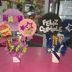 Creaciones D'encantos C.A. 🌺 (@dencantos) | Instagram photos and videos Candy Bouquet, Balloon Bouquet, Diy And Crafts, Paper Crafts, Candy S, Birthday Box, Ideas Para Fiestas, Present Gift, Cool Diy