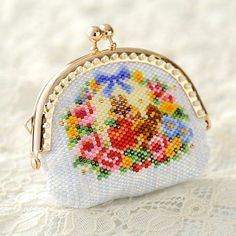 Baby BeadsMania: Beads coin purse pouch-snack time for Chipmunks-Kun-/ / biscuit / gadgets / seal case / rose / stitch / Peyote / flowers / Pansy / delicabees / handicraft Beaded Shoes, Beaded Purses, Beaded Bags, Beaded Jewelry, Bead Embroidery Tutorial, Beaded Embroidery, Peyote Stitch Patterns, Beading Patterns, Geometric Jewelry