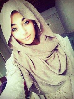 I love how loose this hijab style is around the face. Looks quite elegant and relaxed at the same time. ❤•♥.•:*´¨`*:•♥•❤ #hijabi