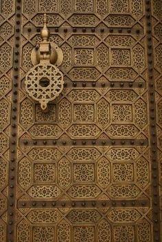 Porta com padões geométricos e aldrava.   http://labaq.com/archives/51244795.html