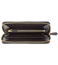 Das Mailänder Luxus-Label Prada ist weltweit für seine hochqualitativen Leder-Accessoires berühmt. So ist das schwarze Portemonnaie aus geprägtem Saffiano-Leder gefertigt, das einst von Mario Prada erfunden wurde und mit vortrefflicher Beständigkeit glänzt. Ein Logo-Schriftzug und der Rundum-Zipper in Gold runden das edle Accessoire stilecht ab.