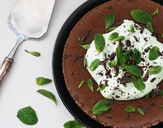 Minttusuklaafanit, katse tänne päin!   Muistat ehkä paljon suosiota saavuttaneen taivaallisen viljattoman ja maidottoman suklaakakun ....