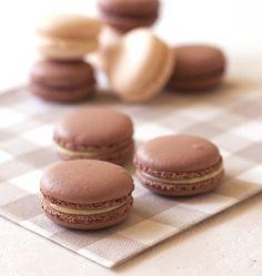 Voici une de mes recettes traditionnelles de macarons à la vanille et chocolat. Si vous souhaitez apprendre à faire des macarons, cette recette est faite pour vous.