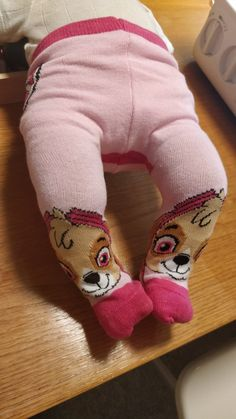DIY: sy strømpebukser til dukker - Åndehuller Baby Born, Leg Warmers, To My Daughter, Diy And Crafts, Dinosaur Stuffed Animal, Sewing Patterns, Barbie, Dolls, Creative