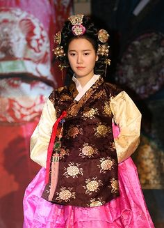 Link to a gallery of Korean celebrities dressed in (mostly modern) hanbok. Kind of cute to see all the girls in modern hairstyles wearing hanbok.