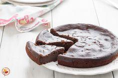 La torta di ricotta e cioccolato è un dolce delizioso preparato senza farina, dalla consistenza umida e compatta.