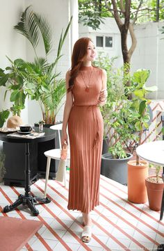 Slim Fit Pleated Maxi Knit Dress, You can collect images you discovered organize them, add your own ideas to your collections and share with other people. Elegant Outfit, Classy Dress, Classy Outfits, Pretty Outfits, Pretty Dresses, Stylish Outfits, Beautiful Dresses, Simple Dresses, Elegant Dresses