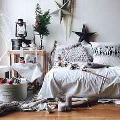 Georgeさんの、My Desk,キャンドル,ドライフラワー,クリスマス,モノトーン,流木,エアプランツ,松ぼっくり,チランジア,コットンフラワー,姫りんご,スター,海外インテリアに憧れる,NO GREEN NO LIFE,CRASH GATE,ACME FURNITURE,journal standard Furniture,weaving,スターオブジェ,バラの実ドライ,chunky knit blanket,Insta→george xero,chunkyknit,グレージュインテリア,スターリンジアについての部屋写真 My Room, Minimalist, Rustic, Blanket, Living Room, Interior Design, Luxury, Furniture, Home Decor