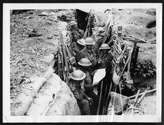 Lire les nouvelles dans les tranchées, c 1917
