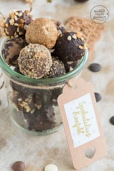 These speculoos are not only absolutely delicious, but also a great gift from the kitchen. The speculoos balls taste with white and dark chocolate. Cake & Co, Delicious Cake Recipes, Fudge Cake, Yummy Cookies, Food Gifts, Holiday Recipes, Food And Drink, Sweets, Snacks