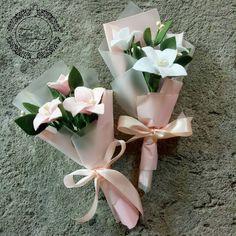 Ideas flowers ideas present Felt Flower Bouquet, Bouquet Wrap, Flower Bouquet Wedding, Felt Flowers, Diy Flowers, Flower Decorations, Paper Flowers Craft, Flower Crafts, Felt Flower Tutorial