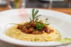 Ossobuco - Ossobuco em seu molho de tomates, acompanha polenta integral ao porcini. Conheça o site do Figo www.figorestaurante.com.br