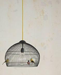 Pietje Parkietje gevlogen? Zijn kooi doet ook prima dienst als hanglamp! Wat een eyecatcher zo'n vogelkooilamp.