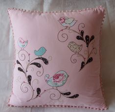 Applique birds and vines by Almofada Passarinho Patchwork Pillow, Quilted Pillow, Applique Quilts, Embroidery Applique, Machine Embroidery, Sewing Pillows, Diy Pillows, Decorative Pillows, Throw Pillows