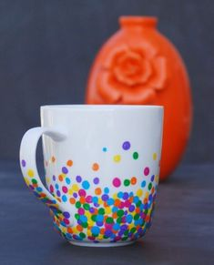 DIY Polka Dot Mug Make a super easy, adorable mug with just Q-tips and enamel paint! This would make a great gift! DIY Polka Dot Mug Make a super easy, adorable mug with just Q-tips and enamel paint! This would make a great gift! Pottery Painting Designs, Pottery Designs, Paint Designs, Mug Designs, Pottery Painting Ideas Easy, Sharpie Crafts, Sharpie Art, Sharpies, Painted Mugs