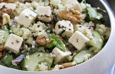 Je kent het wel: je wil gezonder eten eneen salade is dan vaak het makkelijkste gerecht voor zowel tijdens de lunch als 's avonds op de bank. Maar hoe voorkom je dat je elke dag dezelfde ingrediënten en combinaties eet? Om niet in herhaling te vallen,maaktenwe een stappenplan waarmee je heel gemakkelijk eengepersonaliseerde salade samenstelt. […]