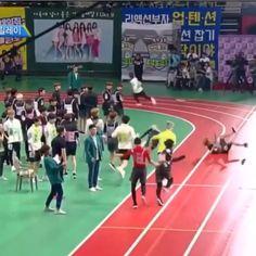 My Jungkook runs so fast to reach his goal! Jikook, Bts Bangtan Boy, Bts Jungkook, K Pop, Foto Bts, Taehyung, Playboy, About Bts, Bts Video