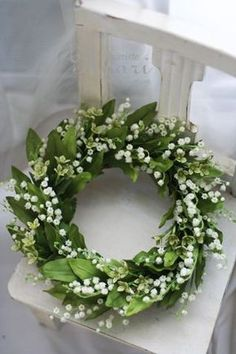 Wreaths lily of the valley // couronne de muguet Arte Floral, Deco Floral, Wreaths And Garlands, Door Wreaths, Greenery Wreath, White Flowers, Beautiful Flowers, Simply Beautiful, Arreglos Ikebana