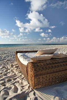 Lekker bed op verlaten tropisch strand. Stockfoto