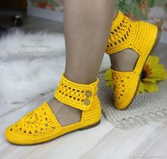 This post was discovered by Se Crochet Sandals, Crochet Boots, Crochet Slippers, Crochet Clothes, Crochet Shoes Pattern, Shoe Pattern, Ethical Shoes, Crochet Flip Flops, Baby Girl Sandals