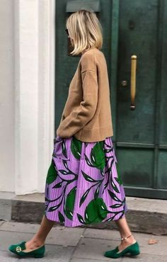 This years popular color light coffee color Page 3 of 37 - Loafers Outfit - Ideas of Loafers Outfit - Green suede Gucci loafers and floral maxi skirt Looks Street Style, Looks Style, Style Me, Mode Outfits, Fashion Outfits, Fashion Tips, Fashion Trends, Skirt Outfits, Stylish Outfits