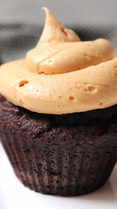 Divinely decadent, creamy keto peanut butter frosting is super simple to make and packed with peanutty flavor. This is the perfect low carb frosting for a keto birthday cake or sugar-free, gluten-free cupcakes. Organic Peanut Butter, Low Carb Peanut Butter, Peanut Butter Frosting, Peanut Butter Brownies, Peanut Butter Recipes, Keto Birthday Cake, Keto Diet List, Gluten Free Cupcakes, Low Carbohydrate Diet