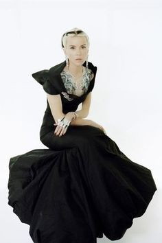 Daphne Guinness Heiress, Muse, designer, collector of haute couture and the mother of three children. Daphne Guinness (her full name - Daphne Suzanne Diana Joan Guinness) was born in 1967 in the family brewery heir Jonat Daphne Guinness, Diana, Mature Fashion, Get Dressed, World Of Fashion, Style Icons, Glamour, My Style, Badass Style