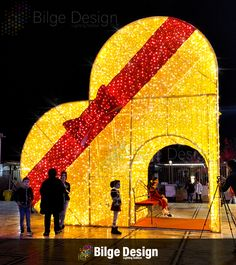 Christmas Arch, Xmas Tree, Christmas Decorations, Hall Furniture, Arab Wedding, Flower Installation, Merry Christmas Wishes, Display Design, Beautiful Scenery