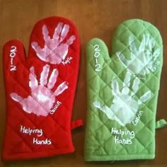 25 Easy Christmas Gifts Kids Can Make by Themselves : Topfhandschuhe mit Handabdruck Schönes Geschenk für Oma und Opa Here are 25 easy Christmas gift to make! These gifts are easy enough for kids to make on their own and use simple supplies. Craft Gifts, Diy Gifts, Xmas Gifts, Kid Made Christmas Gifts, Kids Craft Christmas Gifts, Diy Christmas Gifts For Kids, Preschool Christmas, Homemade Christmas, Christmas Baking