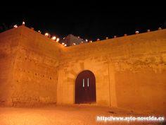 Puerta de acceso castillo de La Mola. Vista nocturna.