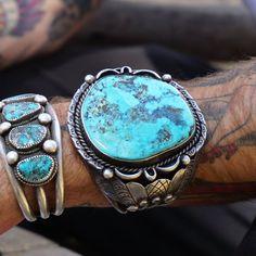 Début des années 1900 énorme Navajo Turquoise manchette à la main en argent Sterling de 150 grammes