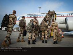 A peine étaient-ils revenus enFrance que les évènements se précipitent au Mali, la compagnie a reçu l'ordre d'y aller. Les soldats du 2e Régiment d'Infanterie de marine embarquent à bord d'un avion. © CCH A. DUMOUTIER