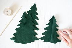 Diy Felt Christmas Tree, Christmas Crafts To Sell, Diy Christmas Decorations Easy, Christmas Tree Pattern, Christmas Projects, Felt Projects, Holiday Decor, Farmhouse Christmas Decor, Rustic Christmas