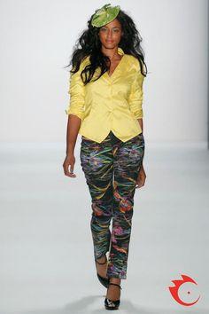 Anja Gockel - eleganter, gelber Seidenblazer mit passender Baumwollhose im trendigen Print.