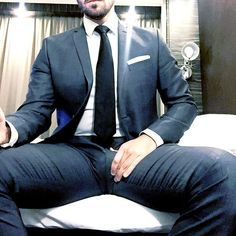 Suit and bulge love Costume Prince, Beard Suit, Hard Men, Thing 1, Hommes Sexy, Men Formal, Big Men, Suit And Tie, Business Fashion