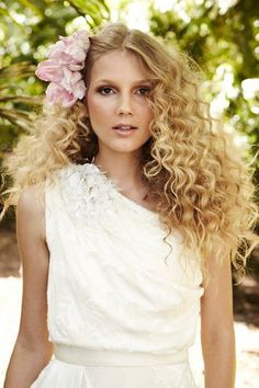 http://www.weddingandweddingflowers.co.uk/article/115/lookbook-curls-and-waves