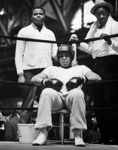 """""""El mas grande""""es uno de los apodos dedicados a Cassius Clay, conocido como Mohamed Ali.Es uno de los grandes boxeadores de la historia de este deporte. Como figura social tuvo una enorme influencia en su generación y en la clase política.Fue un gran defensor de las libertades y los derechos de los afroamericanos e islamistas. Como personaje publico Ali siempre fue el centro de todos los focos, es mundialmente conocidos y hoy en día existen cientos de imágenes de su personas. He..."""
