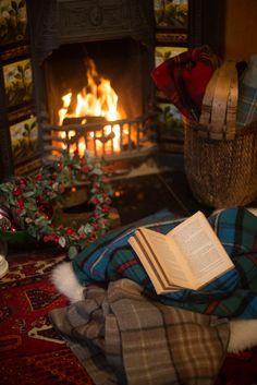 Brrrrrr, it's getting chilly! Cabin Christmas, Christmas Feeling, Noel Christmas, Christmas And New Year, Winter Christmas, English Christmas, Xmas, Cozy Aesthetic, Living Room Decor Cozy