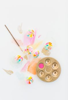 If cookies weren't fun enough on their own, these DIY abstract art macarons will definitely bring the party. Macarons, Macaron Recipe, Easter Celebration, Cute Food, Tea Party, Party Box, Sprinkles, The Help, Sweet Treats