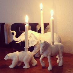 Forvandle drengenes legedyr til lysestager.